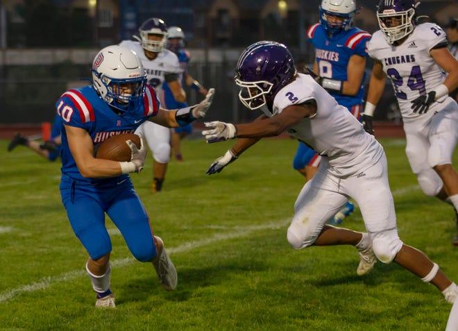 Acción durante Spanish Springs en un partido de fútbol de Reno jugado la noche del viernes 27 de agosto de 2021 en Reno High School.