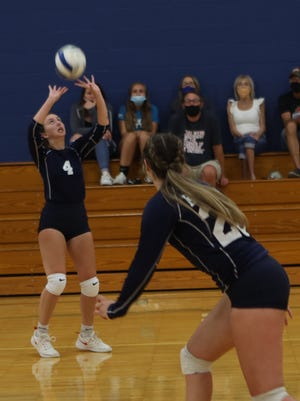 Corinne Sanders sets the ball to Lilli Peterson.
