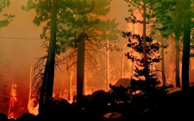 El incendio de Caldor arde en ambos lados de la U.S.-50, 11 millas del vecindario de Meyers en South Lake Tahoe, California, el 29 de agosto de 2021.
