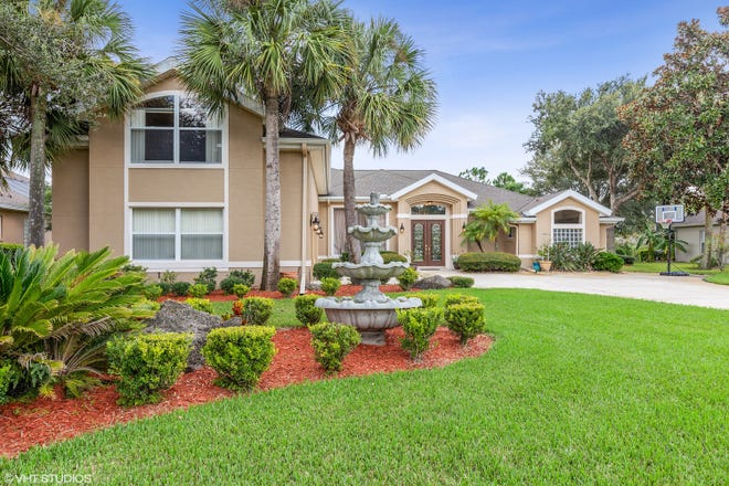 This beautiful  lakefront pool home is a winning combination in the desirable Ormond Beach community of Breakaway Trails.