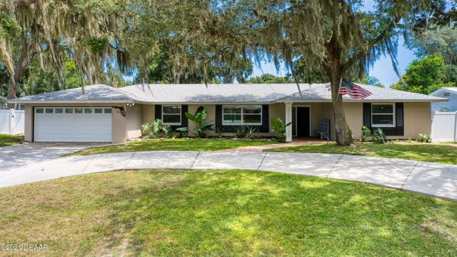 This beautifully updated pool home is centrally located in the Ormond Beach community of Tomoka Oaks.