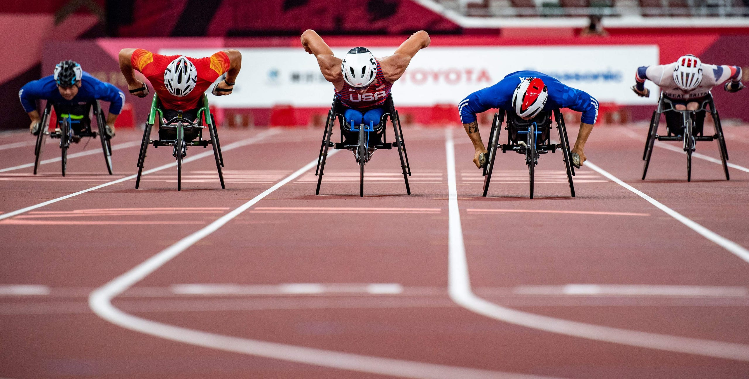 Aug. 29, 2021: USA's Daniel Romanchuk (center) competes in the men's 400-meterm - T54 final.