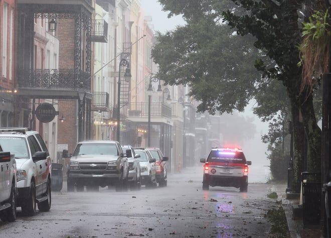 Une voiture de police traverse le quartier français pendant l'ouragan Ida à la Nouvelle-Orléans.