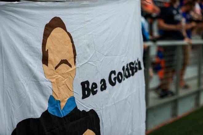 Ngày 18 tháng 8 năm 2021: Một hình ảnh giống Ted Lasso được nhìn thấy trên tifo trước trận đấu giữa CF Montreal và FC Cincinnati tại Sân vận động TQL.  Trận đấu kết thúc với tỷ số hòa 0-0.