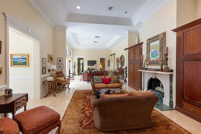 The foyer, glimpsed at the left,opens into the great room, where the central seating area is anchored byafireplace. The family room is at the rear.