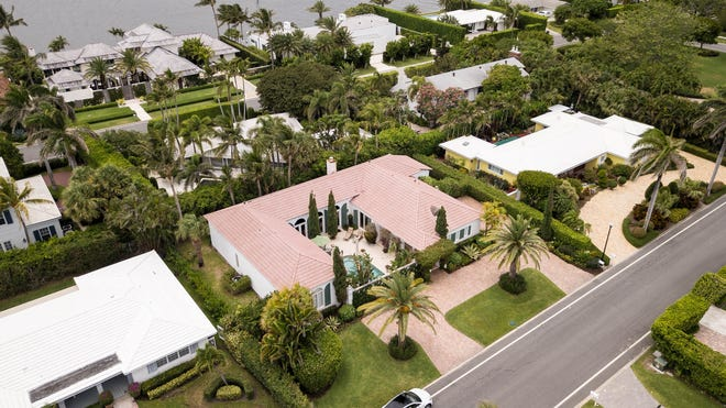 A bird's-eye view of the house, center foreground, reveals its courtyard layout, with the covered breezeway  tothe right of the saltwater swimming pool. The Intracoastal Waterway can be seen at the top left.