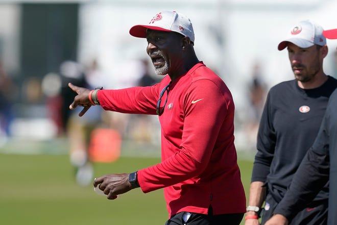 San Francisco 49ers linebackers coach Johnny Holland gives instructions at NFL football training camp in Santa Clara, Calif., Tuesday, Aug. 10, 2021.