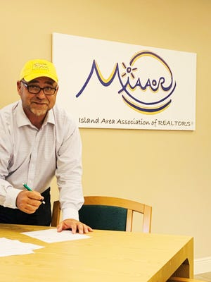 Jack Winnik, incoming 2022 MIAAOR President, signing the petition