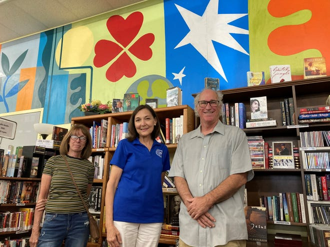 From left, customer Cindy Blaney, Barb Scholten and artist Paul Hamilton.