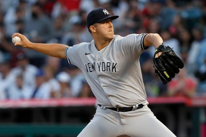 El abridor de los Yankees de Nueva York Jameson Taillon lanza a un bateador de los Angelinos de Los Ángeles durante la primera entrada de un juego de béisbol en Anaheim, California, el martes 31 de agosto de 2021 (AP Photo / Alex Gallardo).