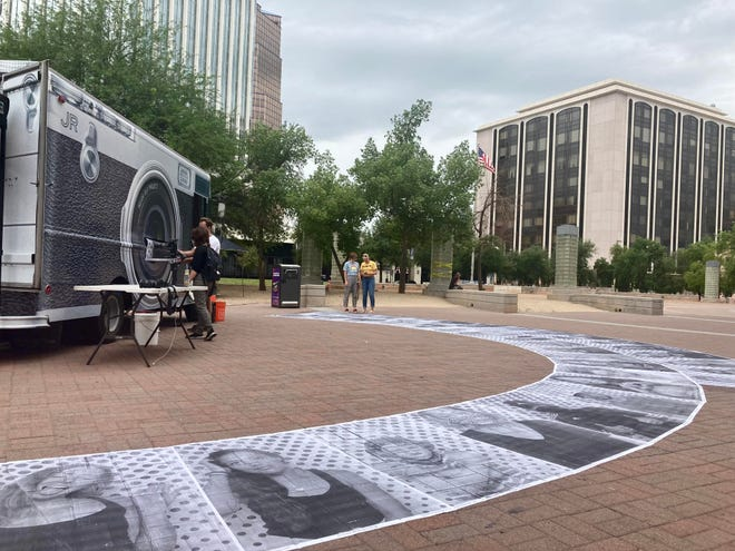Inside Out Project photo-van makes a public art demonstration outside Pima County Public library, in Tucson, Ariz. on Aug. 31, 2021. / El proyecto 'Insude Out 11M' se dedica a retratar a personas proinmigrantes.