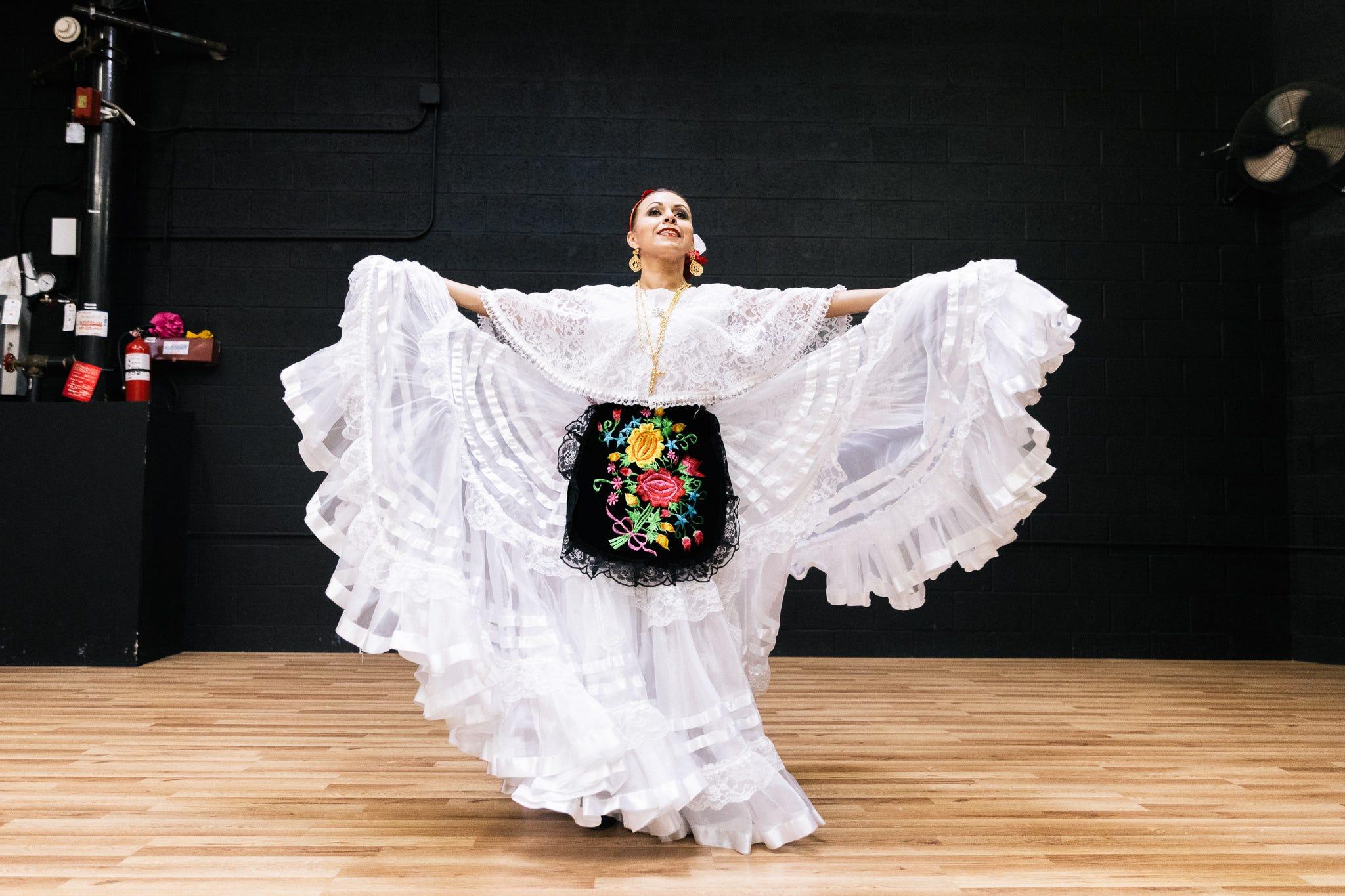 Otro vestido diferente enseña las texturas que detallan la ropa que usan las bailadoras.