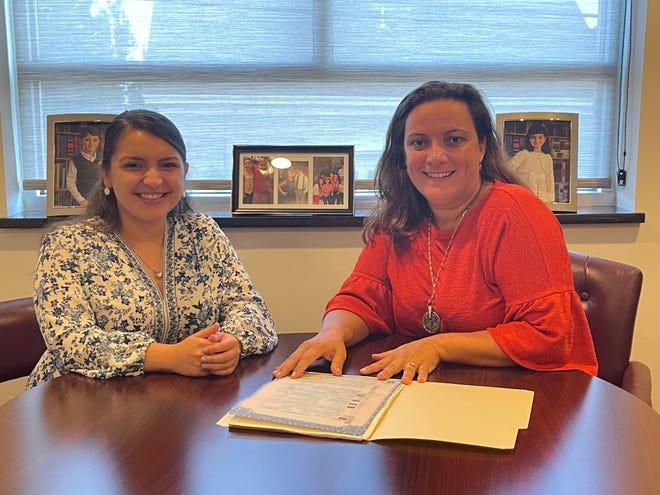 Marcia da Ponte, à dir., fundadora de Portugal Solutions, com a consultora Sabrina Brum, no novo escritório em E. Providence.