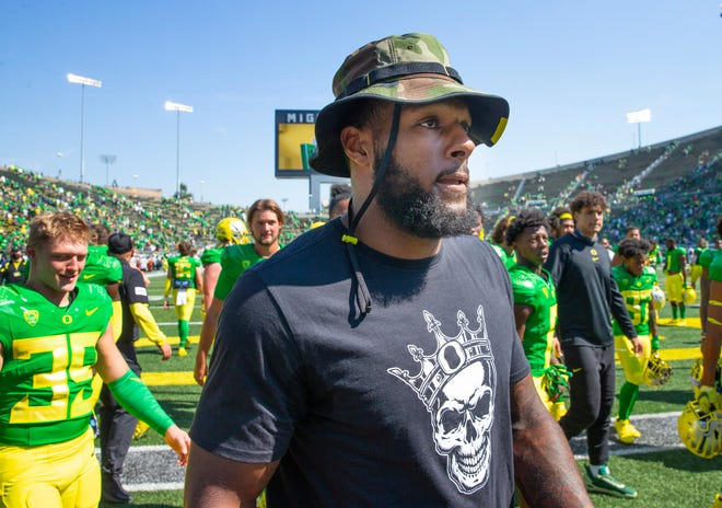 Oregon's Kayvon Thibodeaux leaves the field in a boot after the game against Fresno State on Saturday.