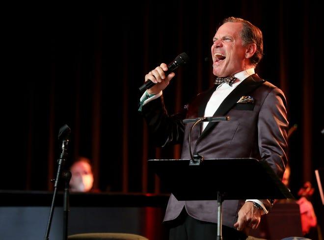 """Kurt Elling se presenta en el Renaissance Ballroom en el Renaissance Center en Detroit durante el Detroit Virtual Jazz Festival el sábado 4 de septiembre de 2021. Elling's """"gran ciego"""" Es jazz noir en forma de un antiguo drama radiofónico."""