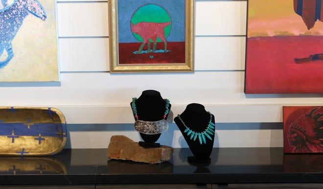 Yerli Amerikalı sanatçılar tarafından yapılan sanat eserleri, 31 Ağustos 2021 Salı günü Museum of First Americans'taki mağazada satışa sunuldu.