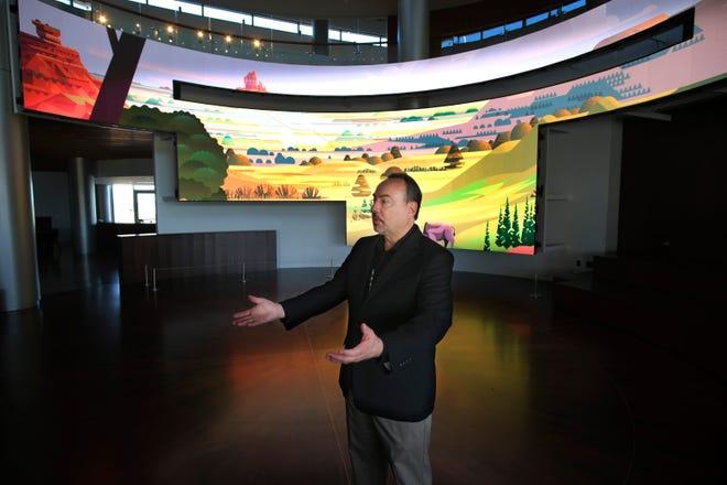 Kaw Nation'ın bir üyesi olan yönetmen ve CEO James Pepper Henry, 31 Ağustos 2021 Salı günü First American Museum'un Xchange Tiyatrosu'nda konuşuyor.