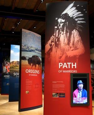 Birinci Amerikalılar Müzesi'ndeki birinci kat sergileri, 31 Ağustos 2021 Salı günü kabile yaşamının ve tarihinin çeşitli yönlerini araştırıyor.