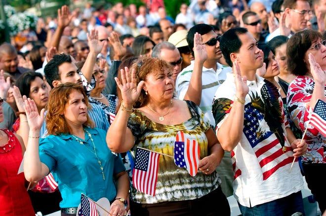 Fotografía de archivo en la que cientos de inmigrantes prestan juramento para la ciudadanía estadounidense, en una ceremonia celebrada a las puertas del popular Castillo de la Cenicienta en el Parque Magic Kingdom, de Walt Disney World, en el área de Orlando, Florida (EEUU).