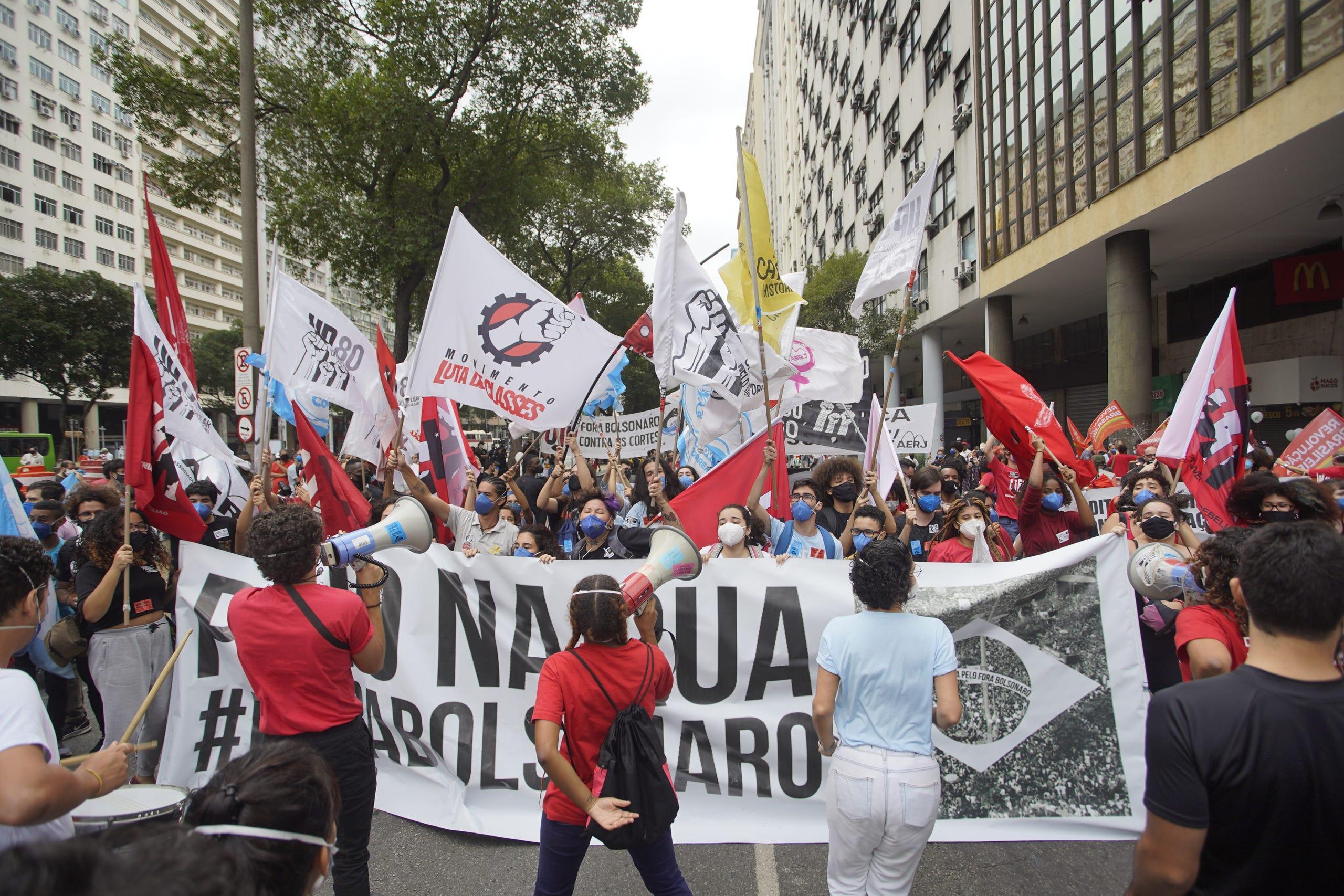 Demonstranten halten Fahnen und Transparente während einer Demonstration gegen Präsident Jair Bolsonaro am 7. September 2021 in Rio de Janeiro.  Brasilianer sind zum Gedenken an ihren Unabhängigkeitstag auf die Straße gegangen, um sowohl Unterstützung als auch Ablehnung für die Regierung von Jair Bolsonaro zu zeigen.
