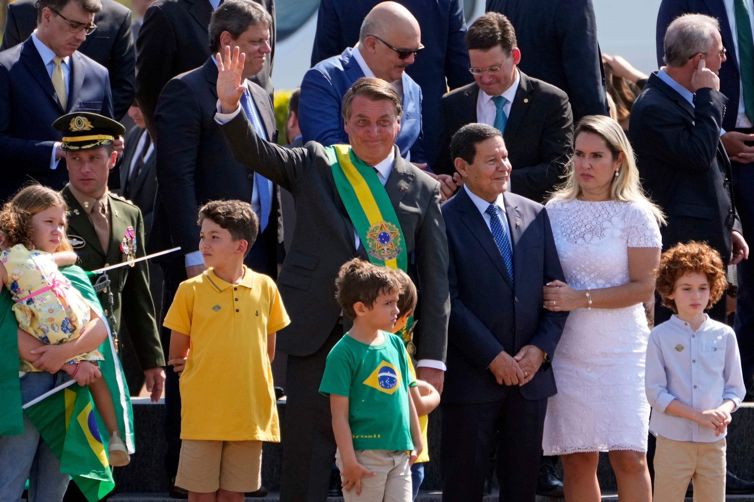 Der brasilianische Präsident Jair Bolsonaro winkt den Unterstützern zu Beginn einer Zeremonie zum Hissen der Flagge am Unabhängigkeitstag in der Präsidentenresidenz des Alvorada-Palastes in Brasilia, Brasilien, am 7. September 2021 zu.