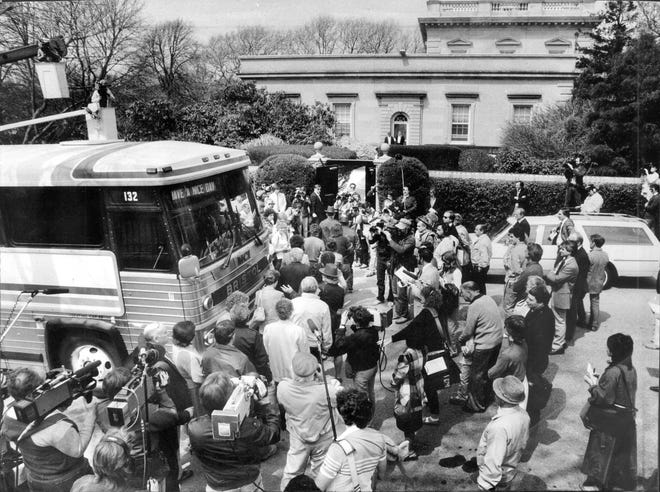 Surrounded by reporters and photographers, members of the jury in the Claus von Bulow trial files out of the bus for a look at Clarendon Court in Newport on April 24, 1985.