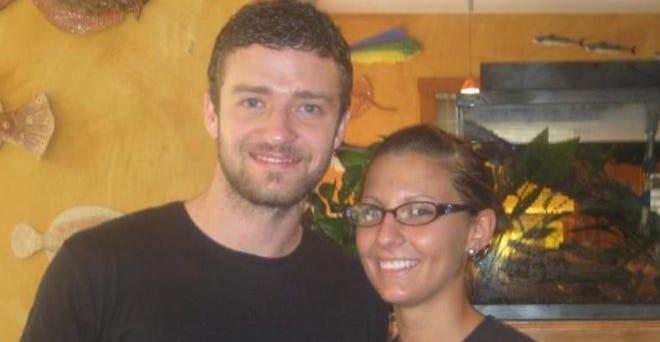 Justin Timberlake pozuje z serwerem Chelsea Barbosa w Margaret's w 2008 roku.