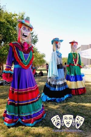 Muchas de las máscaras y muñecos de dos metros y medio de alto que se exhibieron durante el Festival Mask Alive fueron hechas por el fabricante de máscaras local Zarco Guerrero.