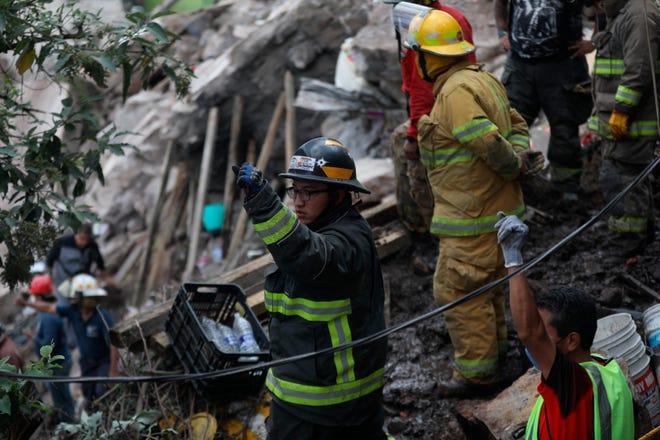 Personal de rescate, bomberos y voluntarios trabajan en un derrumbe hoy en una colonia del municipio deTlanepantla, en el Estado de México.