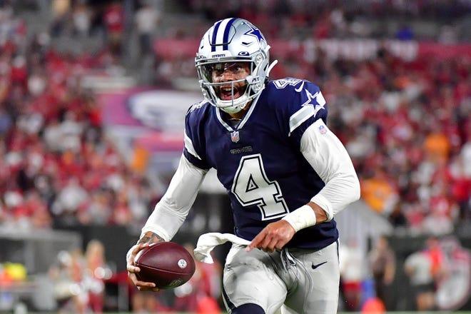 Dak Prescott số 4 của Dallas Cowboys mang bóng trong hiệp hai với Tampa Bay Buccaneers tại Sân vận động Raymond James vào ngày 09 tháng 9 năm 2021 ở Tampa, Florida.