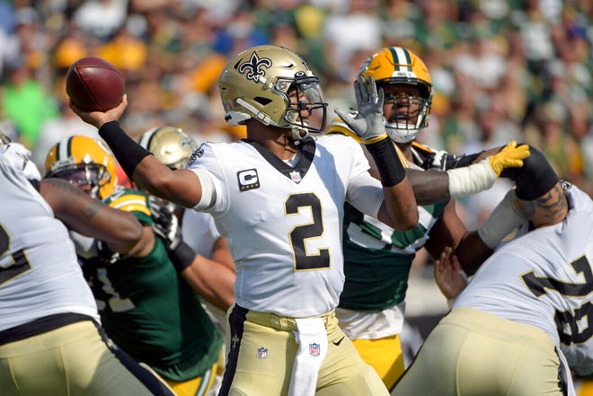 New Orleans Saints quarterback Jameis Winston (2) throws a pass during the first half .