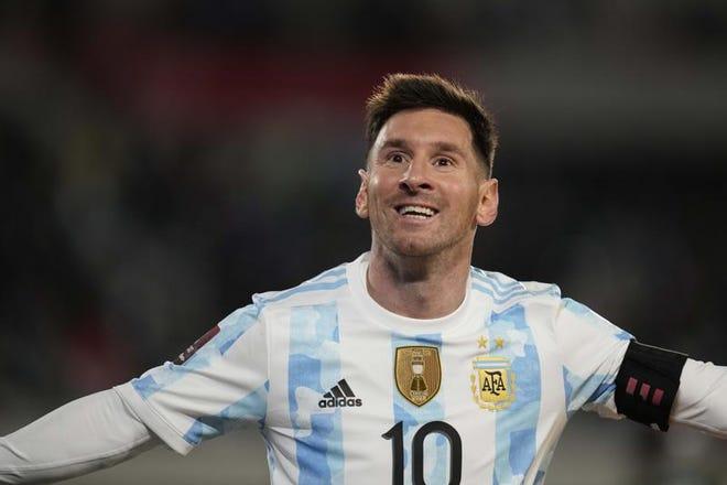 El delantero argentino Lionel Messi celebra tras marcar el tercer gol en la victoria 3-0 ante Bolivia por las eliminatorias del Mundial, el jueves 9 de septiembre de 2021, en Buenos Aires.