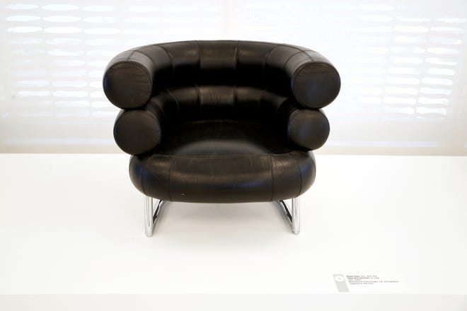 """Eileen Gray em 1926 """"cadeira de desemprego"""" Mostrado em """"cadeira moderna"""" Uma exposição dentro do Center for Architecture and Design no Palm Springs Museum of Art em Palm Springs, Califórnia, em 13 de setembro de 2021."""