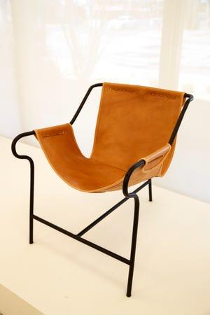 """1948 Lina Bo Bardi """"Espreguiçadeira TresPes."""" Mostrado em """"cadeira moderna"""" Uma exposição dentro do Center for Architecture and Design no Palm Springs Museum of Art em Palm Springs, Califórnia, em 13 de setembro de 2021."""