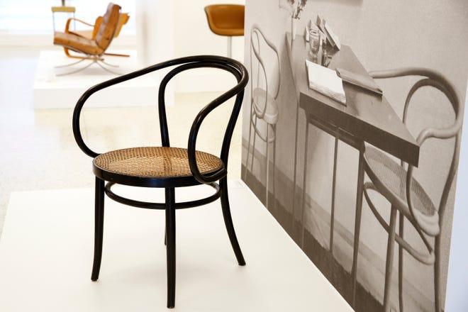 """Fabricante europeu de móveis GebrŸder Thonet 1904 cadeira de madeira curvada e vime """"Model 6009"""" Mostrado em """"cadeira moderna"""" Uma exposição dentro do Center for Architecture and Design no Palm Springs Museum of Art em Palm Springs, Califórnia, em 13 de setembro de 2021."""