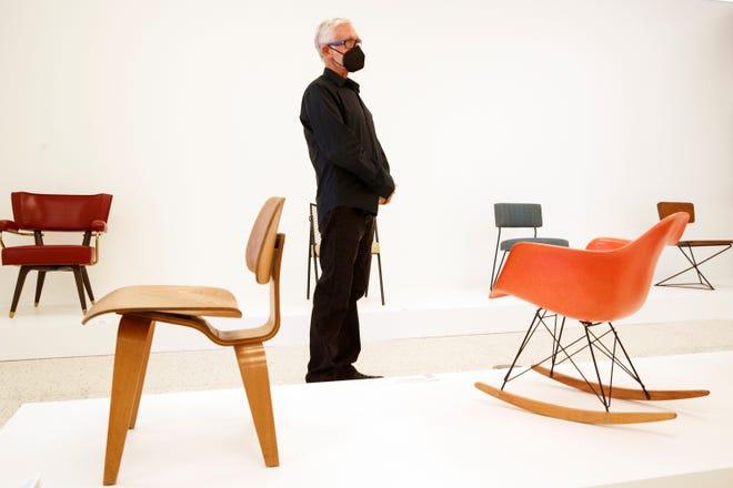 """Brad Dunning, especialista em arquitetura e design, dá uma olhada em seu curador """"exposição de cadeira moderna"""" No Center for Architecture and Design do Palm Springs Museum of Art em Palm Springs, Califórnia, na segunda-feira, 13 de setembro de 2021."""
