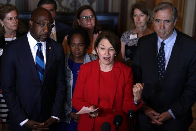 Más de sesenta demócratas de la Cámara de Texas huyeron el lunes del estado hacia Washington, DC, con el fin de bloquear un proyecto de ley de restricción del voto