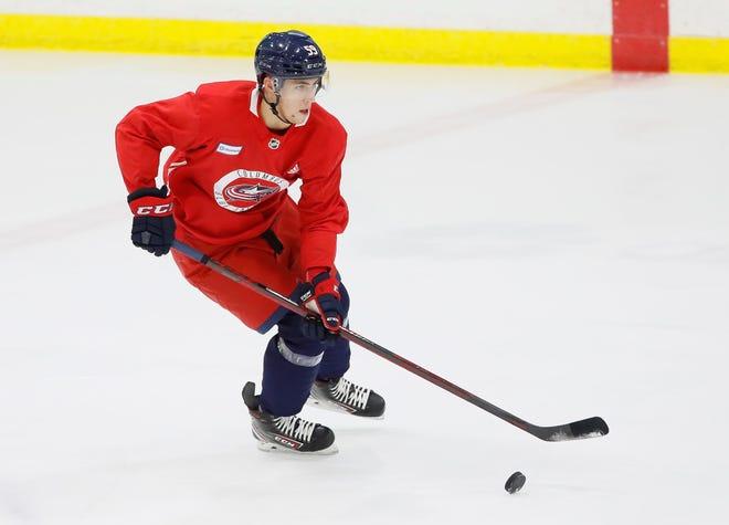 59-летний нападающий Игорь Чинаков катается на коньках во время тренировочного лагеря Columbus Blue Jackets в Ohio Health Ice House в Колумбусе во вторник, 15 сентября 2021 года.