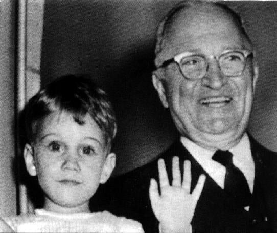 Ο νεαρός Κλίφτον Ντάνιελ και ο παππούς Χάρι Τρούμαν.