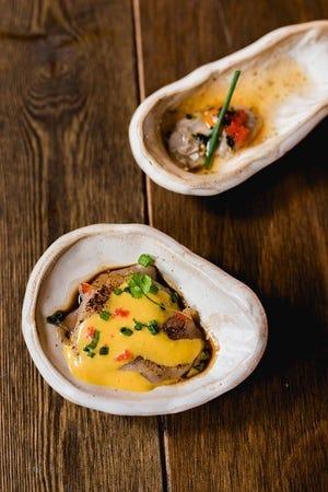 シェフのサンティアゴ・バルガスが調理したペルーの特製ニッキソースを添えた牡蠣とホタテ。