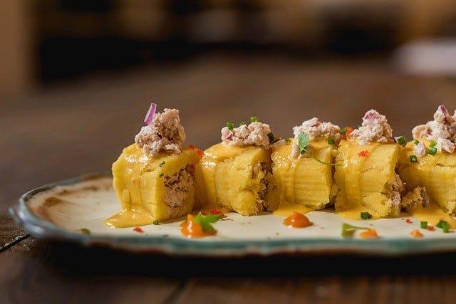 シェフのサンティアゴバルガスのマキコザは、マグロを詰めたマッシュポテトサラダです。