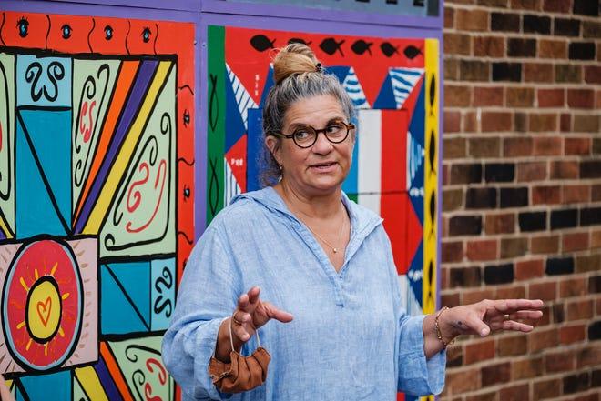 Kathi Tustin, artista principal del mural Brighter Together, habla durante la ceremonia de reconocimiento del miércoles en el centro de Nueva Filadelfia.  También marcó el primer día del Mes de la Herencia Hispana.