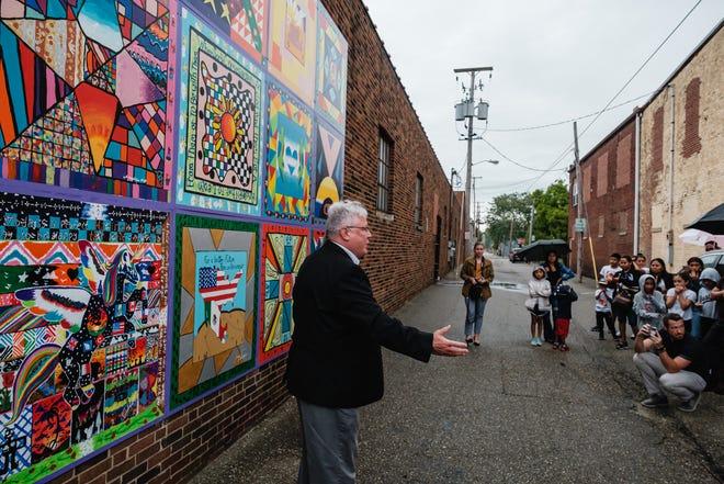 El alcalde Joel Day se dirige a los asistentes al reconocimiento del mural Brighter Together el miércoles en el centro de Nueva Filadelfia.  También marcó el primer día del Mes de la Herencia Hispana.