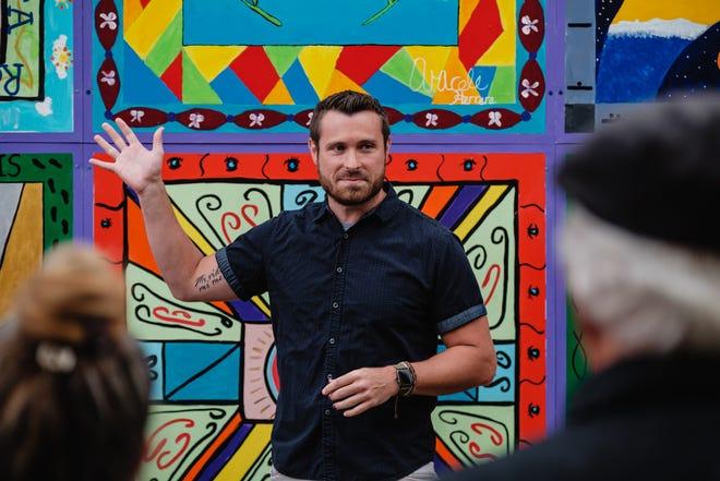 Jeff Bray habla durante el reconocimiento del mural Brighter Together el miércoles en el centro de Nueva Filadelfia.  También marcó el primer día del Mes de la Herencia Hispana.
