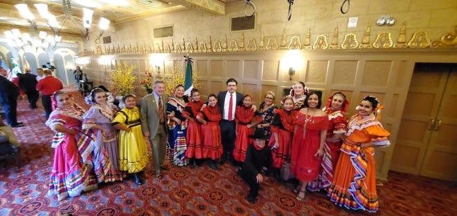 Jorge Mendoza Yescas, cónsul general de México en Phoenix (centro), junto a integrantes de Ollin Yoliztli Dance Academy de Ana Bonilla.