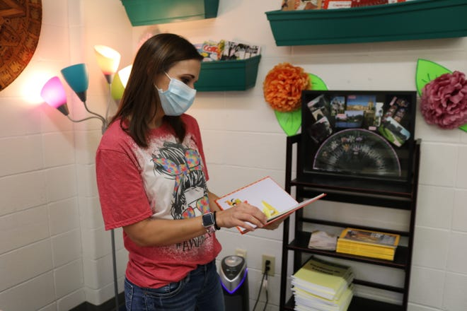 La maestra de español Bonnie Baxter integra la instrucción sobre nuevas culturas junto con el aprendizaje de idiomas durante todo el año.