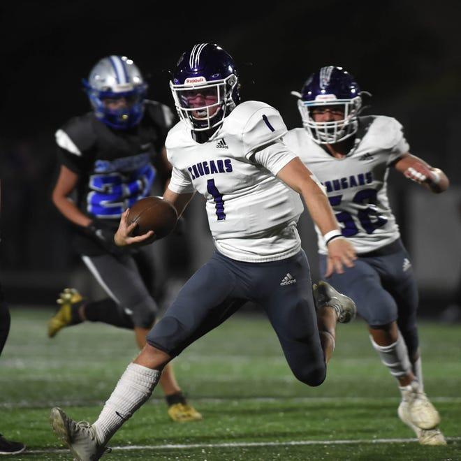 El mariscal de campo de Spanish Springs, JJ Dane, corre el balón contra McQueen durante el juego del viernes en McQueen High School el 17 de septiembre de 2021.