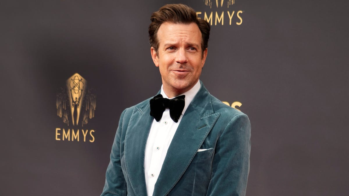 'SNL': Jason Sudeikis' male version of 'Ellen' gives Kyrie Irving the jab on his new show