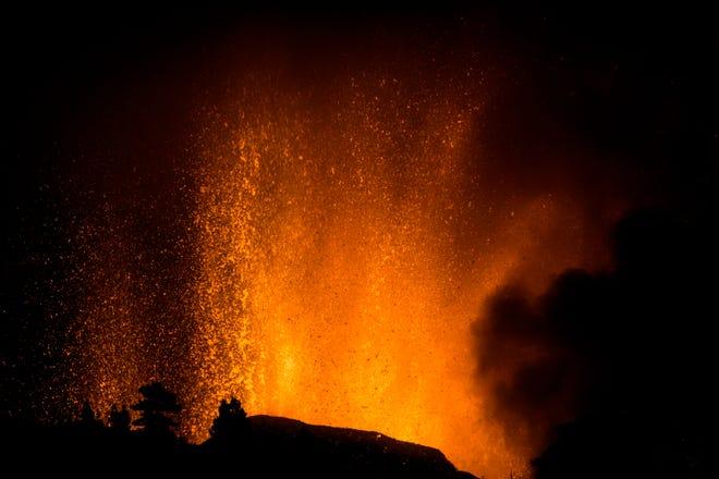 El volcán entra en erupción a partir de una erupción volcánica en la isla de La Palma en las Canarias de España.  Para evacuar a miles de personas, el volcán entró en erupción, destruyendo viviendas aisladas y amenazando con llegar a la costa.  Nuevas erupciones continuaron hasta la noche.