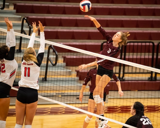 Round Rock's Lauren Murphy had 26 kills on 68 swings and served three aces as the Dragons edged Cedar Ridge 25-22, 24-26, 25-12, 24-26, 15-13 in a District 25-6A contest Friday.